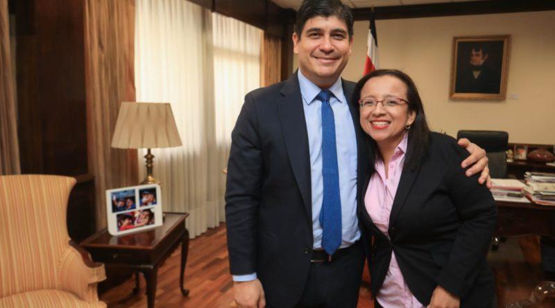 Periodista Lucia Pineda y presidente de Costa Rica