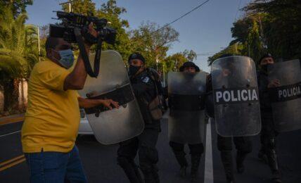 policías periodistas